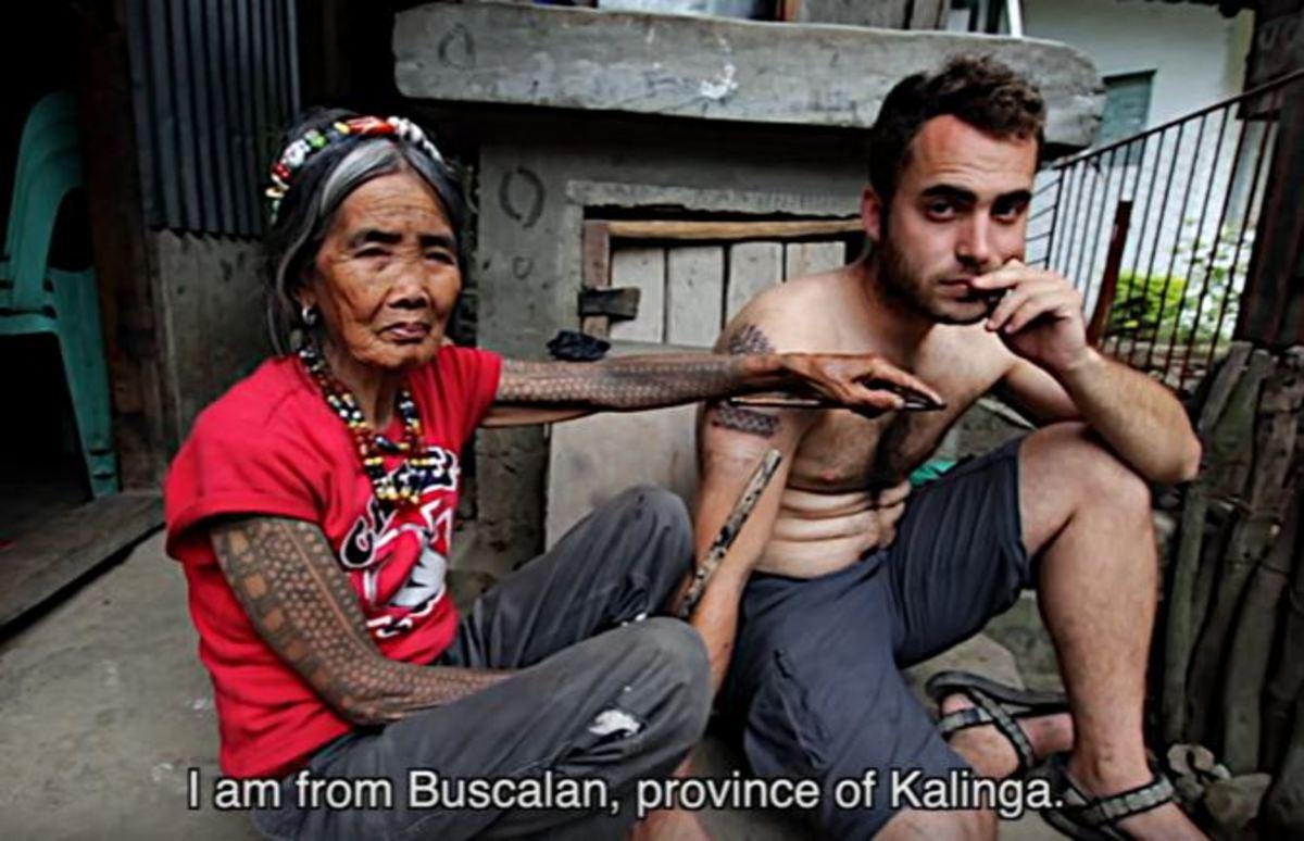 """Η 99χρονη που """"χτυπά"""" τατουάζ σε τουρίστες από όλον τον κόσμο"""