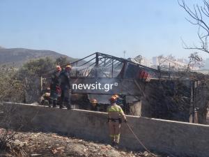 Φωτιά ΤΩΡΑ στη Λεωφόρο Αναβύσσου – Κάηκε αγροικία – Τραυματίστηκαν πυροσβέστες