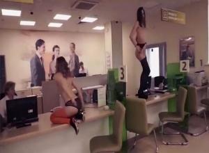 Στρίπερς έκαναν show μέσα σε τράπεζα για… αγανακτισμένο πελάτη! [vid]