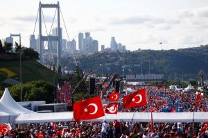 Σόου Ερντογάν για την επέτειο του πραξικοπήματος – Συλλήψεις καταζητούμενων, μεταμεσονύκτιες ομιλίες και ένα τελεσίγραφο