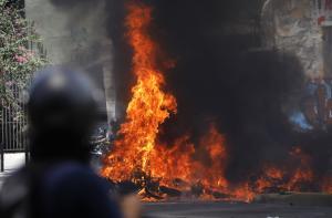 Βενεζουέλα: Αιματοβαμμένες κάλπες με νεκρούς και εκρήξεις – Απειλούν οι ΗΠΑ [pics, vid]