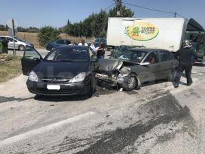 Λάρισα: Καραμπόλα με τρεις τραυματίες – Εγκλωβίστηκε γυναίκα σε ένα από τα αυτοκίνητα [pics]