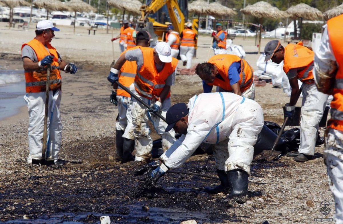 Πετρελαιοκηλίδα: Μήνυση κατά παντός υπευθύνου από τους Δήμους Γλυφάδας και Αλίμου