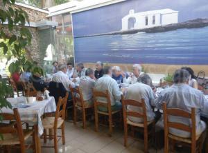 """Κρήτη: Το πιάτο που """"ξετρέλανε"""" τον υπουργό – Η σπεσιαλιτέ της ταβέρνας και το ιδιαίτερο επιδόρπιο [pics]"""
