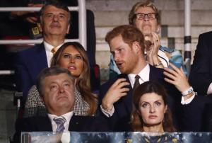 """Μελάνια Τραμπ: Υπέρλαμπρη – """"Γοήτευσε"""" τον πρίγκιπα Χάρι"""