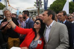 ΔΕΘ 2017: H selfie του Αλέξη Τσίπρα και η ατάκα της νεαρής – Το… τσεκάρισμα του πρωθυπουργού [pics, vid]