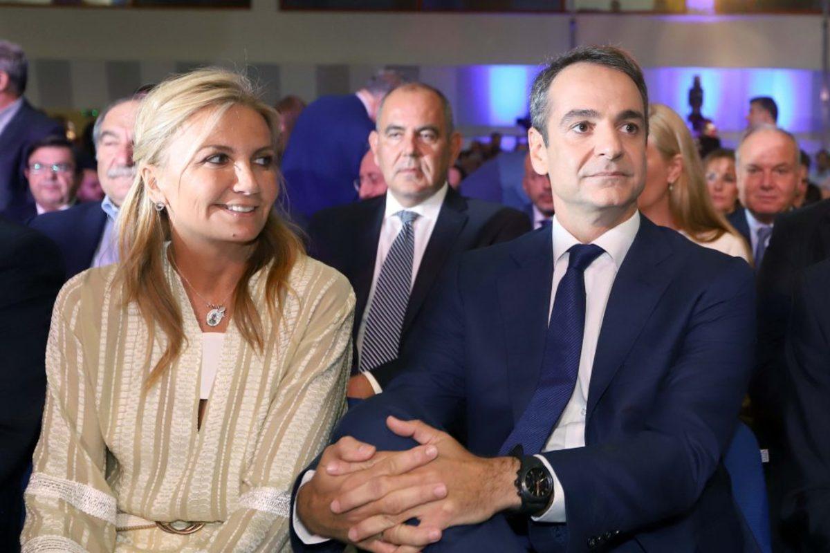 Μαρέβα Μητσοτάκη: Χαμογελαστή και στα χρώματα της άμμου δίπλα στον σύζυγο της