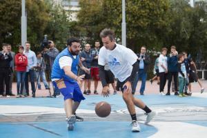 """Μητσοτάκης: Έπαιξε μπάσκετ στο """"γήπεδο"""" του Αντετοκούνμπο"""