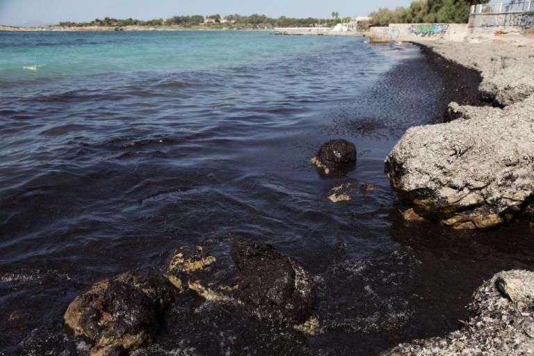 """Πετρελαιοκηλίδα: Η ελληνική """"πατέντα"""" για να καθαρίσει φυσικά ο Σαρωνικός"""