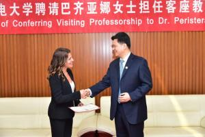 """Μπέτυ Μπαζιάνα: Έτσι """"μάγεψε"""" τους Κινέζους! [pics]"""