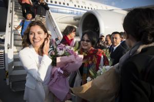 Μπέτυ Μπαζιάνα: Εντυπωσιακή εμφάνιση στο αεροδρόμιο! [pics]