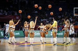 """Ελλάδα – Ρωσία: Οι μαζορέτες χόρεψαν συρτάκι και ξεσήκωσαν το """"Σινάν Ερντέμ""""! [vid]"""