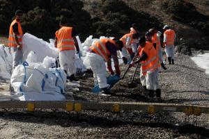 Παίρνουν δείγματα από την Βούλα έως την Ανάβυσσο – Σημάδια ρύπανσης στην Σαρωνίδα