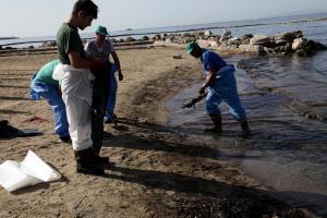 Πετρελαιοκηλίδα: Συνεχίζονται με εντατικούς ρυθμούς οι εργασίες απορρύπανσης στην Αττική – Νεότερη ενημέρωση