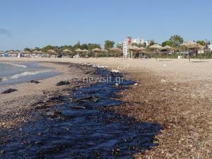 Πετρελαιοκηλίδα: Μαύρισε ο τόπος σε Γλυφάδα, Ελληνικό, Αγιο Κοσμά, Πειραιά
