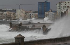 """Κυκλώνας Ίρμα: Καταιγίδες """"σφυροκοπούν"""" την Φλόριντα – Πάνω από 6 εκατ. εγκατέλειψαν τα σπίτια τους [pics, vid]"""