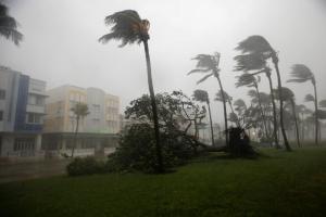 """Κυκλώνας Ίρμα: Ο πρώτος νεκρός στην Φλόριντα! Συνεχίζει να """"ξηλώνει"""" τα πάντα """"pics, vid"""""""