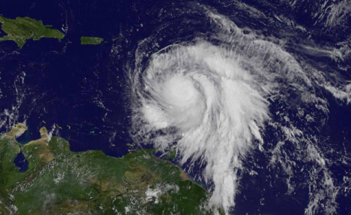 """Κυκλώνας Μαρία: """"Ξηλώνει"""" τα πάντα στο πέρασμά του – Ένας νεκρός από την """"μανία"""" του πανίσχυρου φαινομένου [pics, vid]"""
