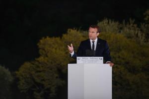 Μακρόν: Το κουράγιο και η αξιοπρέπεια του ελληνικού λαού προκαλούν σεβασμό