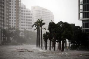 """Κυκλώνας Ίρμα: Μετατράπηκε σε απέραντη """"λίμνη"""" το Μαϊάμι – Θέλουν να… πυροβολήσουν για να τον σταματήσουν"""