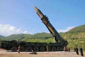 Μεταφέρει διηπειρωτικό πύραυλο ο Κιμ! Νέα πρόκληση από τη Βόρεια Κορέα