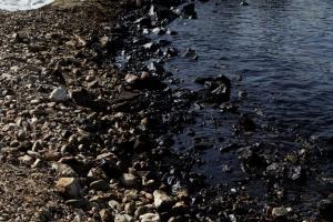 Σαντορινιός για πετρελαιοκηλίδα: Η βαριά ρύπανση μέχρι τη Γλυφάδα