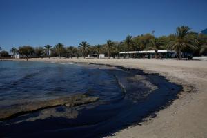 Πετρελαιοκηλίδα: Σοκαριστικές εικόνες στην Γλυφάδα! Τι λέει ο πλοιοκτήτης