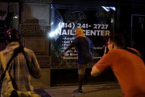 Σεντ Λιούις: Τρίτη νύχτα ταραχών – Πλαστικές σφαίρες, ξύλο και 80 συλλήψεις [pics, vids]