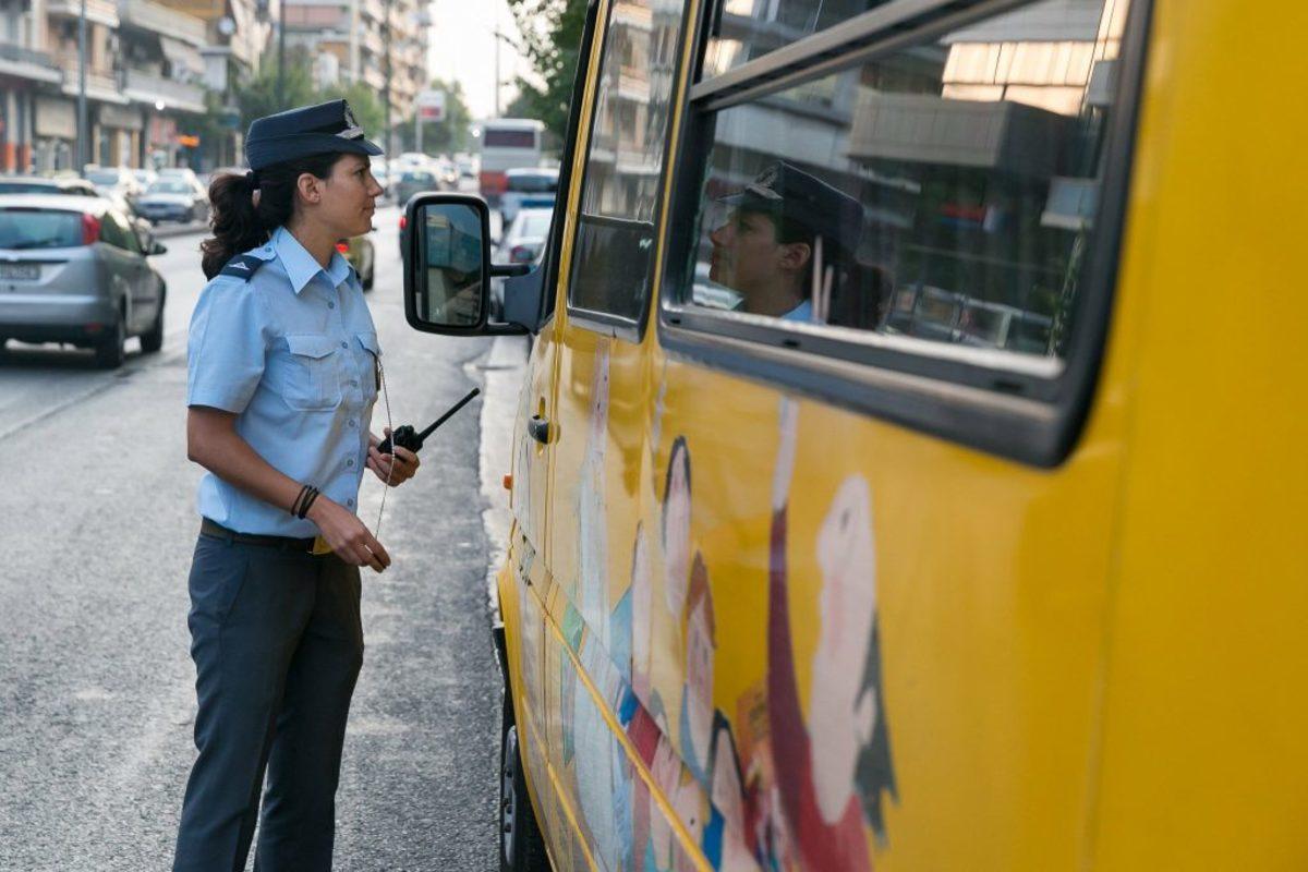 Άνοιξαν τα σχολεία με… πρόστιμα της τροχαίας σε λεωφορεία – Μοίρασε φυλλάδια για τη οδική ασφάλεια [pics, vid]