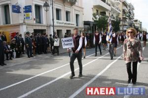 Πύργος: Το στιγμιότυπο που συζητήθηκε στη μαθητική παρέλαση – Η εξήγηση του μαθητή στο διαδίκτυο [pics]