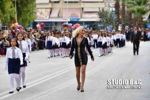 Ναύπλιο: Η δασκάλα με τα ξανθά μαλλιά ξεσπάει για την παρέλαση – Οι απαντήσεις στους επικριτές της [pics, vids]