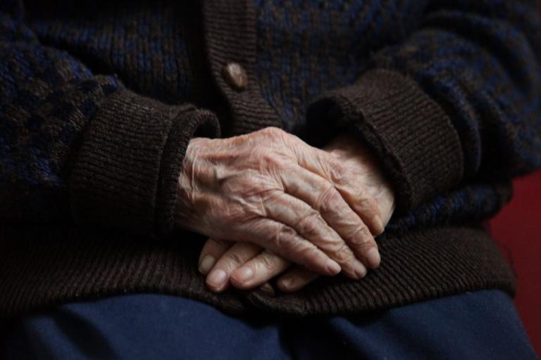 Κρήτη: Συνταξιούχος απειλεί να αυτοκτονήσει – Συγκλονίζει η κραυγή απόγνωσης με δάκρυα στα μάτια!