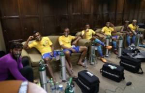 Συγκλονιστική φωτογραφία! Με φιάλες οξυγόνου οι παίκτες της Βραζιλίας