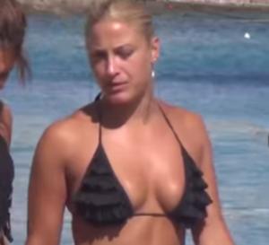 Μύκονος: Η πληθωρική Ιωάννα Τούνη παίζει ρακέτες και αναστατώνει – Ξανθιά θεά στην παραλία [vids]