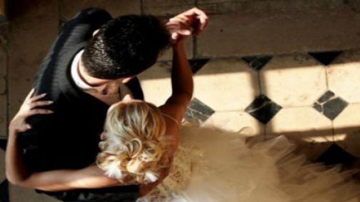 Σάλος στην Κύπρο! Γαμπρός και νύφη σε ερωτικές σκηνές στο προαύλιο εκκλησίας [vid, pics]