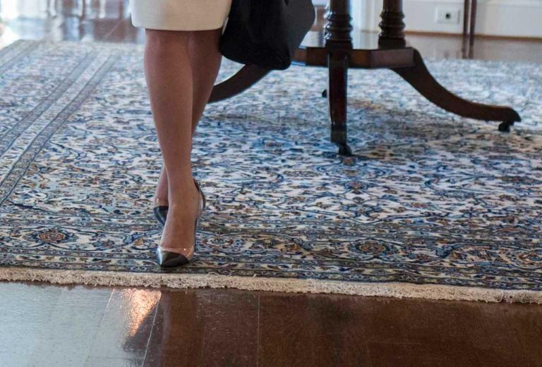 Οι υπέροχες πανάκριβες γόβες που φόρεσε η Μπέτυ Μπαζιάνα στο Λευκό Οίκο