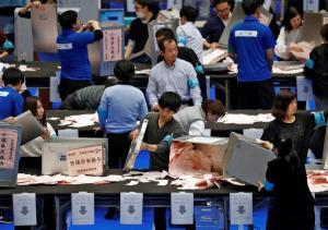 """Ιαπωνία: """"Χαλαρή"""" επικράτηση του Σίνζο Άμπε – Κερδίζει τα δύο τρίτα της Βουλής ο κυβερνητικός συνασπισμός"""