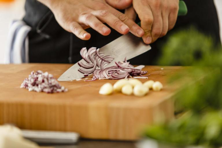 Πώς ξεμυρίζουν τα χέρια από κρεμμύδι και σκόρδο!