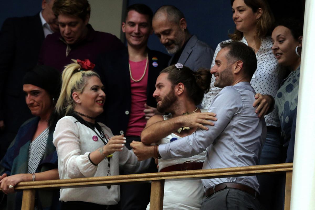 Ταυτότητα φύλου: Στα θεωρεία της Βουλής μέλη της ΛΟΑΤΚΙ κοινότητας – Η στιγμή που ξεσπούν σε πανηγυρισμούς [pics]