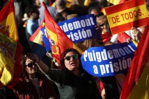 Καταλονία: Οι Μαδριλένοι στους δρόμους – Διαδήλωση κατά της απόσχισης και… ναζιστικοί χαιρετισμοί