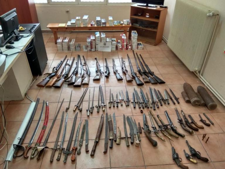 Έτοιμος για… πόλεμο! Όπλα, σπαθιά και ξιφολόγχες σε σπίτι στη Φλώρινα [pics]