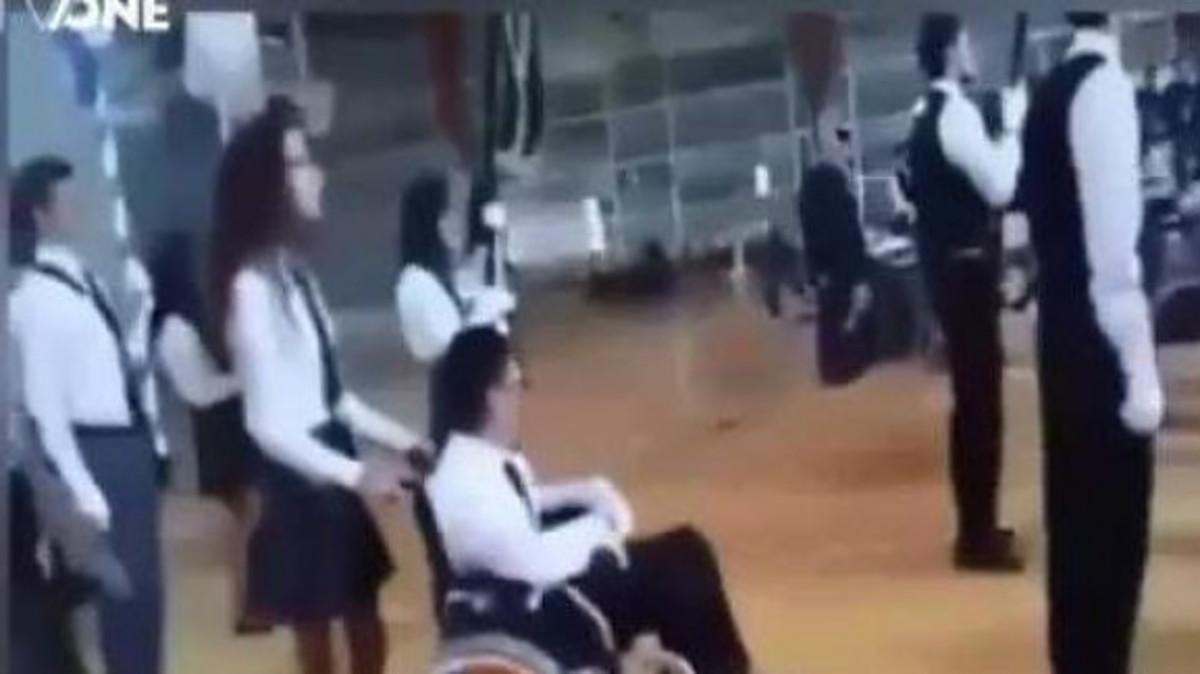 Συγκλόνισε ο μικρός Ανδρέας – Παρήλασε με το αναπηρικό του καροτσάκι [vid]