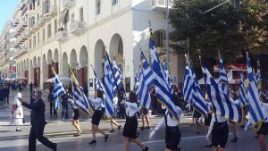 Θεσσαλονίκη: Η απουσία που σχολιάστηκε στη μαθητική παρέλαση – Οι σημαιοφόροι, τα σχολεία και τα στιγμιότυπα!