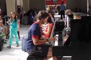 Δύο άγνωστοι παίζουν πιάνο στο αεροδρόμιο και… ιδού τι συνέβη! [vid]