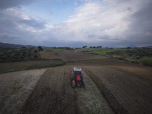 Κρήτη: Παραλίγο τραγωδία με αγρότη που καταπλακώθηκε από το τρακτέρ του
