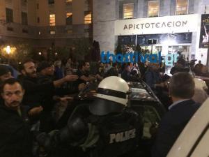 """Θεσσαλονίκη: Νέα επεισόδια και προσαγωγές έξω από το θέατρο για την """"Ώρα του Διαβόλου"""" [vid]"""