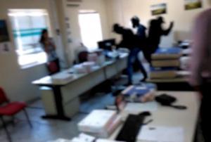 """Βίντεο ντοκουμέντο: Η στιγμή τα μέλη του Ρουβίκωνα τα κάνουν """"γυαλιά καρφιά"""" στο ΚΕΑΟ"""