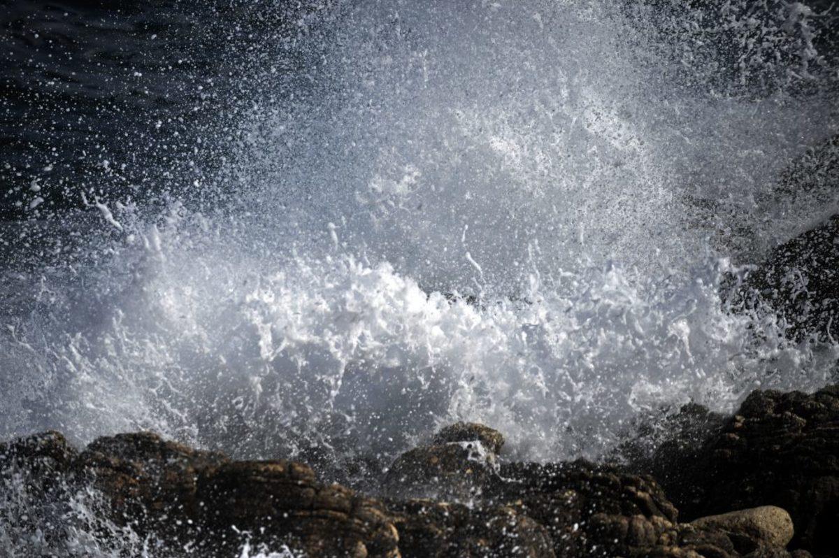 Μύκονος: Τα κύματα του πλοίου πέταξαν τη δασκάλα στα βράχια! 40 ράμματα μετά το πιο τρομακτικό μπάνιο της