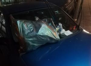 Θεσσαλονίκη: Πάρκαρε παράνομα και όταν επέστρεψε είδε στο αυτοκίνητο αυτές τις εικόνες [pics]