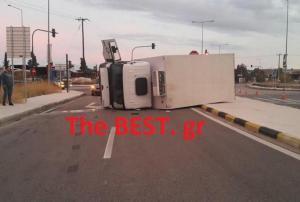 Αχαϊα: Ανατράπηκε φορτηγό μετά από τροχαίο – Έκλεισε η Πατρών Κλάους [pics]